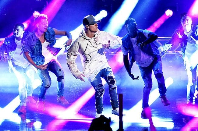 justin-bieber-ama-finale-performance-2015-billboard-650