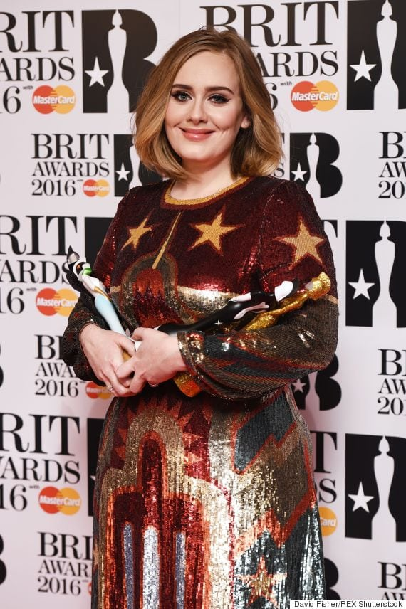 adele_brit_awards_mikrofwno
